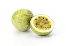 Fruta de paixão isolada no fundo branco fotos de stock royalty free