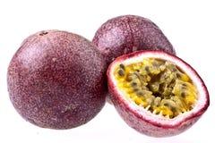 Fruta de pasión, aislada en blanco Foto de archivo