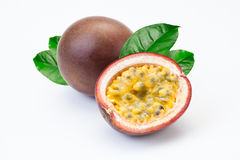 Fruta de pasión y una mitad en un fondo blanco Foto de archivo libre de regalías