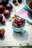 Fruta de piedra en la tabla de madera, cerezas maduras, visión plana del otoño Fotografía de archivo