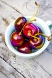 Fruta de piedra en la tabla de madera, cerezas maduras, visión plana del otoño Foto de archivo libre de regalías
