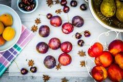 Fruta de piedra en la tabla de madera, visión plana del otoño Imagenes de archivo