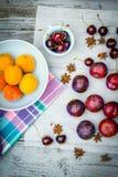 Fruta de piedra en la tabla de madera, visión plana del otoño Fotos de archivo