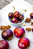 Fruta de piedra en la tabla de madera, visión plana del otoño Fotografía de archivo