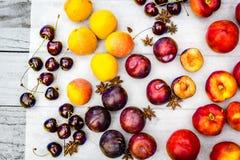 Fruta de piedra en la tabla de madera, visión plana del otoño Imagen de archivo