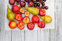 Fruta de piedra en la tabla de madera, visión plana del otoño Foto de archivo libre de regalías