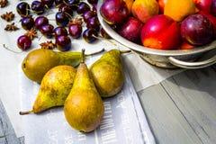 Fruta de piedra en la tabla de madera, visión plana del otoño Foto de archivo