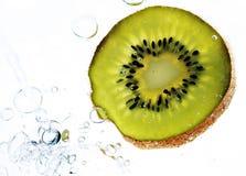Fruta de quivi na água Fotografia de Stock