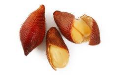 Fruta de Zalacca en un fondo blanco Fotografía de archivo