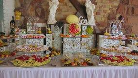 Fruta decorativa cortada en la tabla de comida fría metrajes