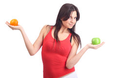 Fruta del asimiento de la mujer joven - manzana y naranja Fotografía de archivo libre de regalías