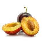 Fruta del ciruelo con el corte aislado en blanco fotos de archivo libres de regalías