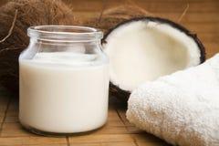 Fruta del coco con leche de los Cocos Imagen de archivo