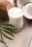 Fruta del coco con leche de los Cocos Fotos de archivo