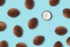 Fruta del coco en un fondo azul en colores pastel Conce mínimo del verano foto de archivo libre de regalías