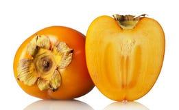 Fruta del corte del caqui en la fruta media y entera aislada en blanco Imagen de archivo