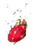 Fruta del dragón en agua con las burbujas de aire imagen de archivo