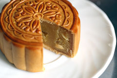 Fruta del Durian del Mooncake en el plato blanco Fotografía de archivo