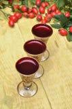 Fruta del escaramujo y licor del alcohólico Imagen de archivo libre de regalías