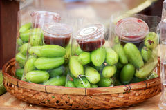 Fruta del Garcinia con la salsa de inmersión picante Fotos de archivo libres de regalías