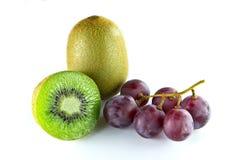 Fruta del kiwi y de la uva aislada Fotos de archivo