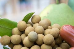 Fruta del Longan en la cesta imagen de archivo libre de regalías