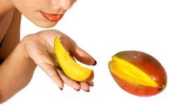Fruta del mango de la explotación agrícola de la muchacha Fotos de archivo libres de regalías