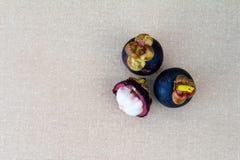 Fruta del mangost?n en la tabla imagen de archivo libre de regalías