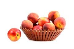Fruta del melocotón en cesta Imágenes de archivo libres de regalías