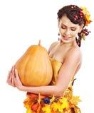 Fruta del otoño de la explotación agrícola de la mujer. Fotos de archivo