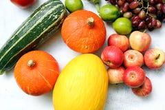 Fruta del otoño en el jardín Fotos de archivo