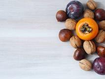 Fruta del otoño en fondo de madera Fotografía de archivo