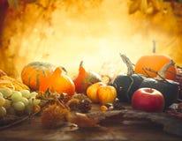 Fruta del otoño en la tabla Fotos de archivo