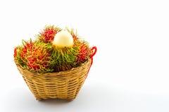 Fruta del Rambutan en cesta foto de archivo