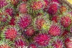 Fruta del Rambutan en el mercado de Guatemala Fotos de archivo