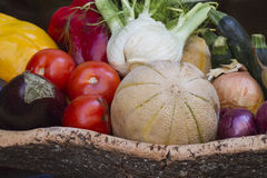 Fruta del verano en la cesta Foto de archivo