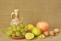 Fruta diferente y mercancías de cerámica Imagen de archivo