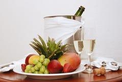Fruta e Champagne Fotografia de Stock