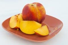 Fruta e fatias maduras do pêssego imagens de stock royalty free