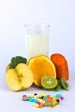Fruta e verdura e comprimidos Assorted Fotografia de Stock