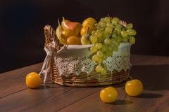 Fruta em uma cesta Imagem de Stock Royalty Free