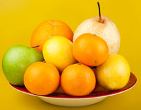 Fruta em uma placa. fotografia de stock royalty free
