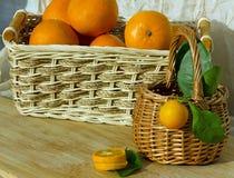 Fruta en cesta Imágenes de archivo libres de regalías