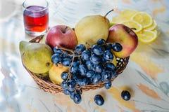 Fruta en cesta de mimbre Fotos de archivo
