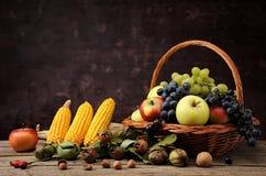 Fruta en cestas de mimbre y maíz Imagen de archivo