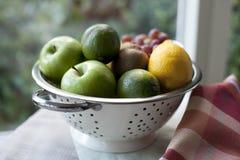 Fruta en colador. Imagen de archivo libre de regalías