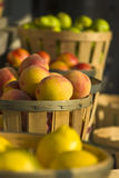 Fruta en el mercado del borde de la carretera imagenes de archivo