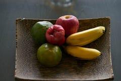 Fruta en el plátano de madera de la bandeja, naranjas, manzana fotos de archivo