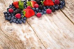 Fruta en fondo de madera imagen de archivo