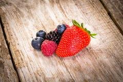 Fruta en fondo de madera imagenes de archivo